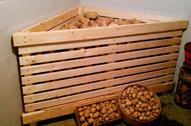 Деревянный ящик с картошкой