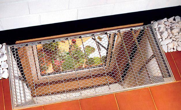 Металлическая решетка на окне в подвал