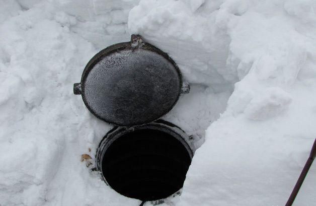 Снег вокруг люка