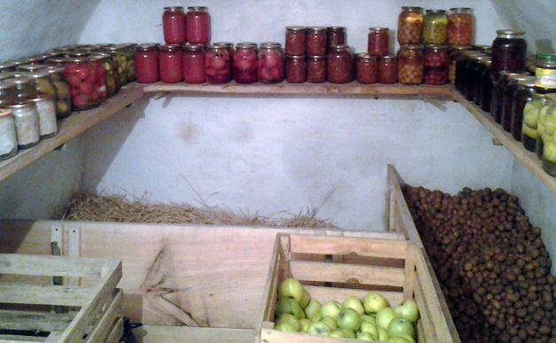 Овощи и заготовки в подвале