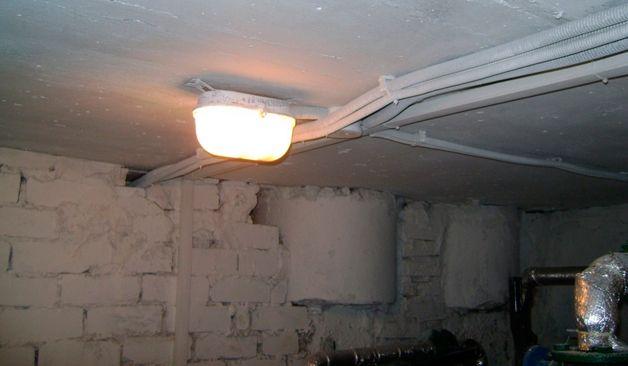 Светильник в подвале