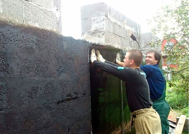 Наклеивание изоляционного материала на стены