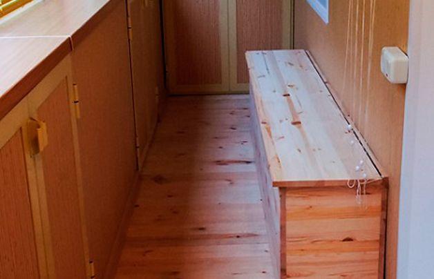 Деревянный ящик для овощей на балконе