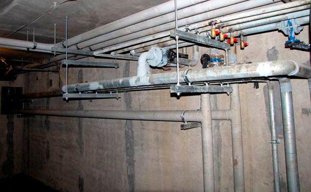 Трубы в подвале