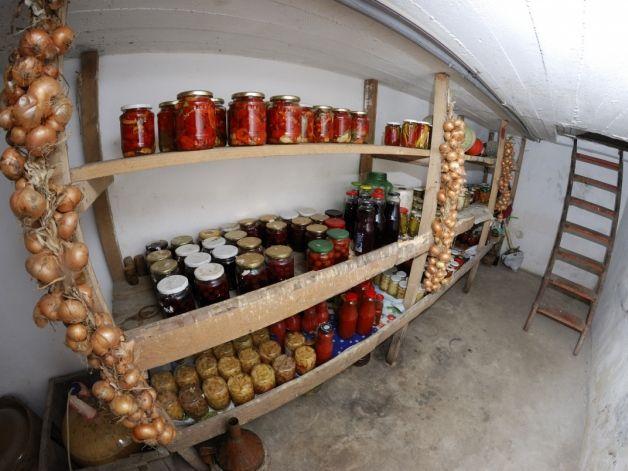 Погребок для хранения банок и овощей