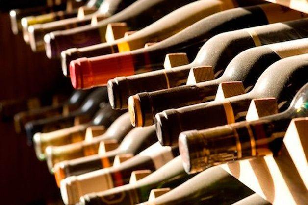 Бутылки на стеллаже