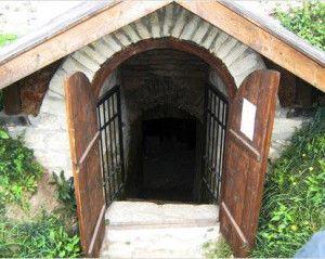Дверь в полузаглубленное хранилище с тамбуром