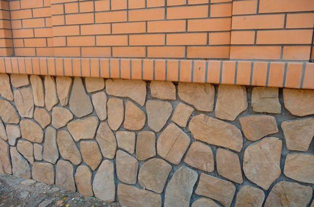 Отделка цоколя дома натуральным камнем