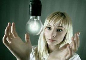 Девушка и лампочка