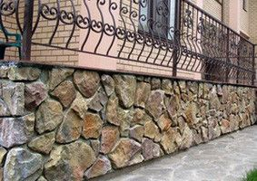 Цоколь дома из камня